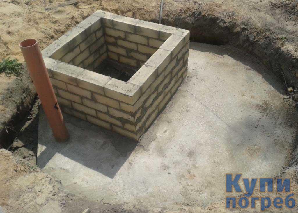 Крышка квадратной формы для погреба с бетонными кольцами